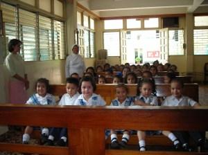 ninitos en la capilla del colegio santa teresita